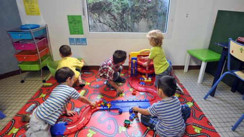 CAP petite enfance pour les mères au foyer: la proposition de Schiappa divise