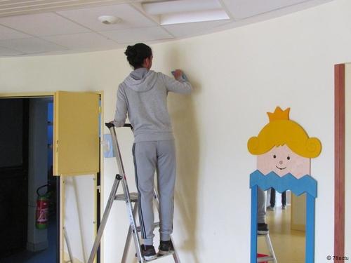 Élancourt : des jeunes nettoient les crèches de la ville