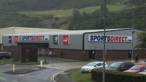 Archwilio rheol 'uniaith Saesneg' Sports Direct